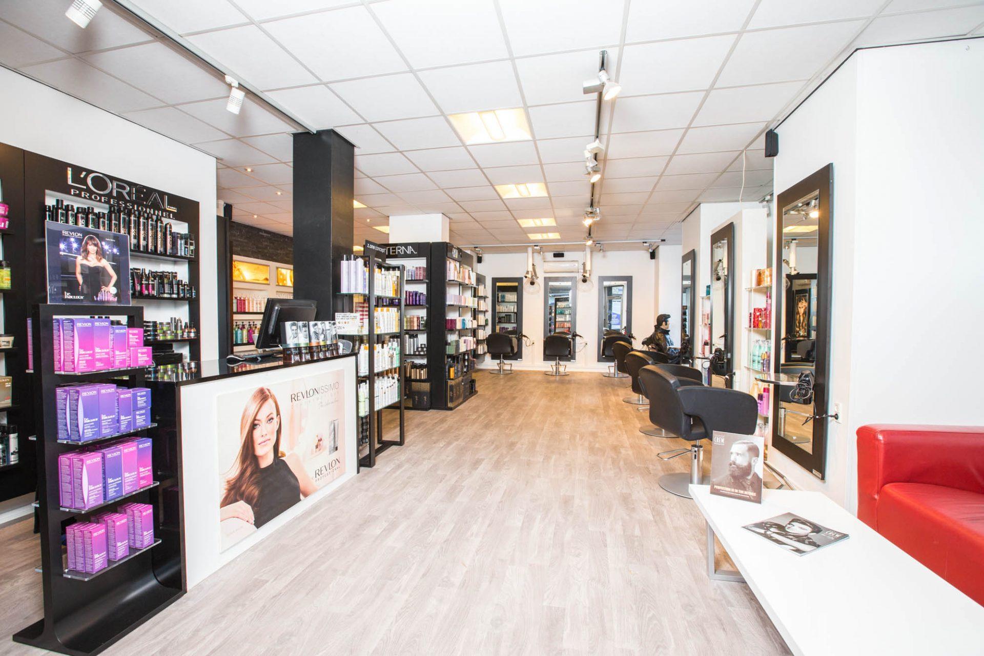 Frisørsalon Valby, Frederiksberg, Hvidovre, spejle på væggen og produkter på hylderne