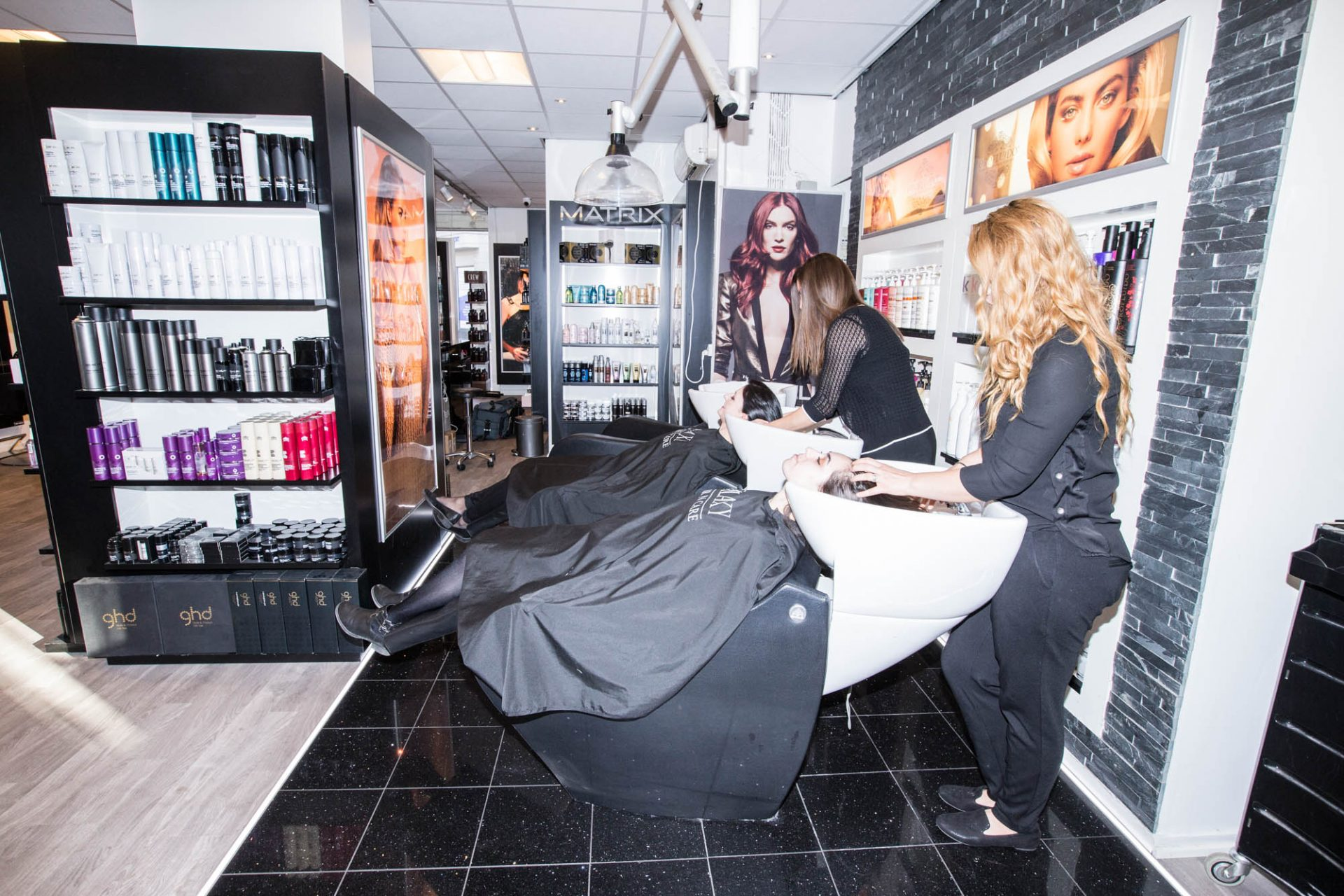 Frisørsalon Valby, Frederiksberg, Hvidovre, kunder får vasket håret